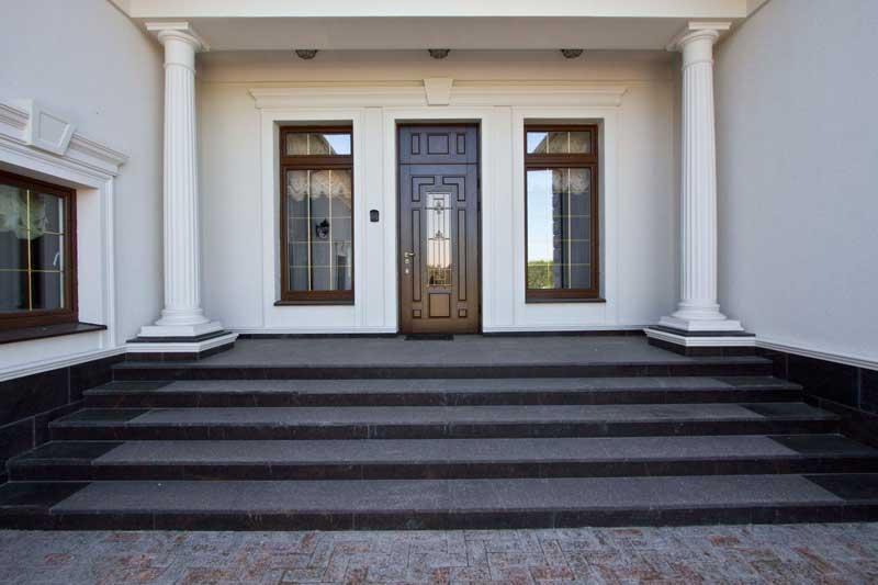 варианты оформления входа в дом, архитектура частного дома, колонны из полиуретана, как оформить крыльцо, дизайн входа, молдинг вокруг входной двери и окон
