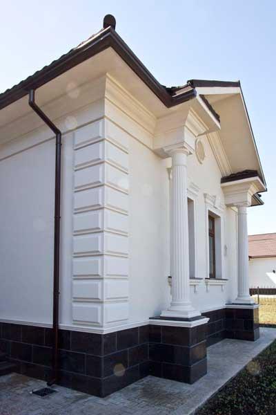 фасадный декор - карниз подкровельный и цокольный, обрамление окна молдингами и сандриком, замковый камень, русты - рустовые панели, угловые панели