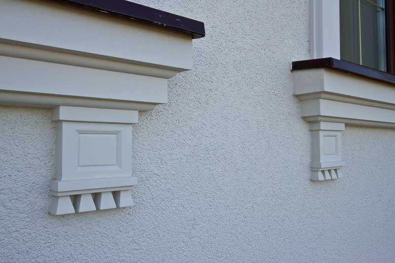 Декоративная розетка из полиуретана в дизайне окна, как красиво оформить окно с помощью молдингов, дополнительные элементы декора фасада, новые идеи для окна