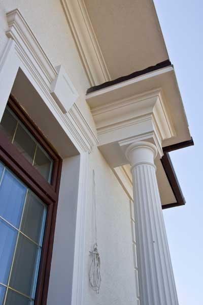колонна и капитель на фасаде дома, молдинг около крыши, молдинг около окна, сандрик с замковым камнем, как колонна крепится к крыше, подкровельный карниз, белая лепнина из полиуретана