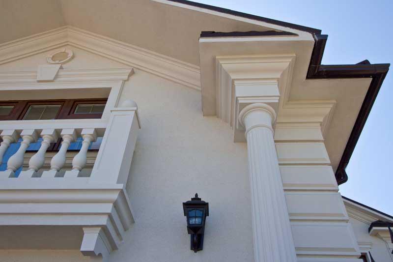 белая колонна, белая балюстрада, белый молдинг, сандрик с замковым камнем, капитель, консоль из полиуретана
