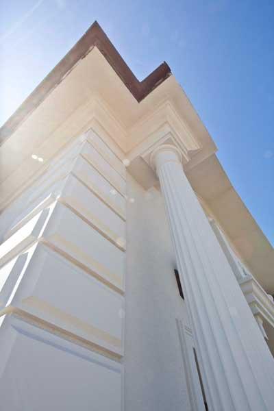 как оформить угол дома декоративными рустовыми панелями, русты из полиуретана, капитель как элемент оформления, карниз под крышей, подкровельное оформление