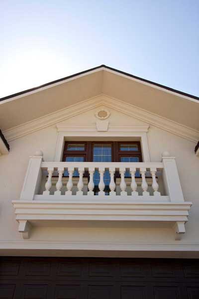 балюстрада из полиуретана, балясины, тумбы, перила, декоративные шары, молдинг в декоре балкона, сандрик, замковый камень, вентиляционная решетка, карниз подкровельный