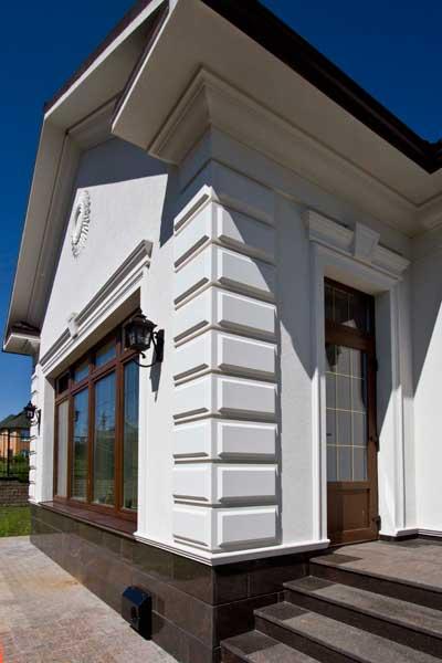 декор угла дома, угловые рустовые панели из полиуретана, угол крыши дома, подкровельный карниз, цокольный пояс