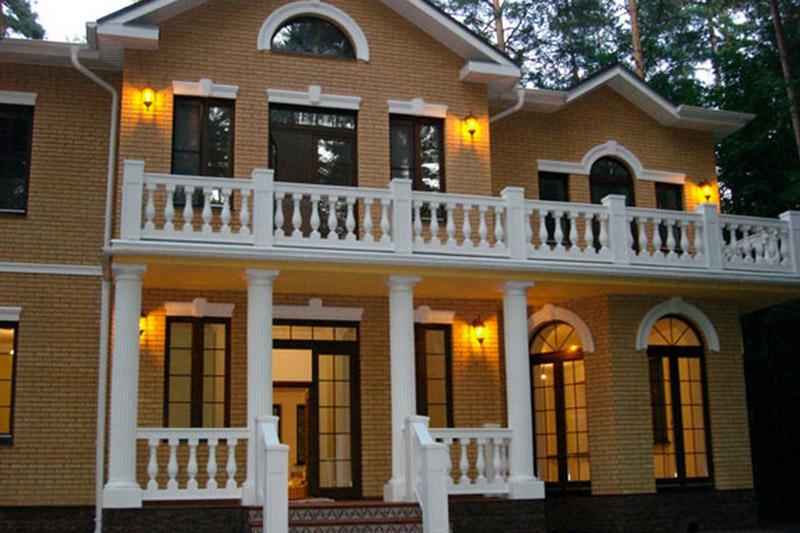 Балкон и колонны из полиуретана, молдинг, замковый камень, тумбы и балясины в оформлении балкона,  купить полиуретановую лепнину