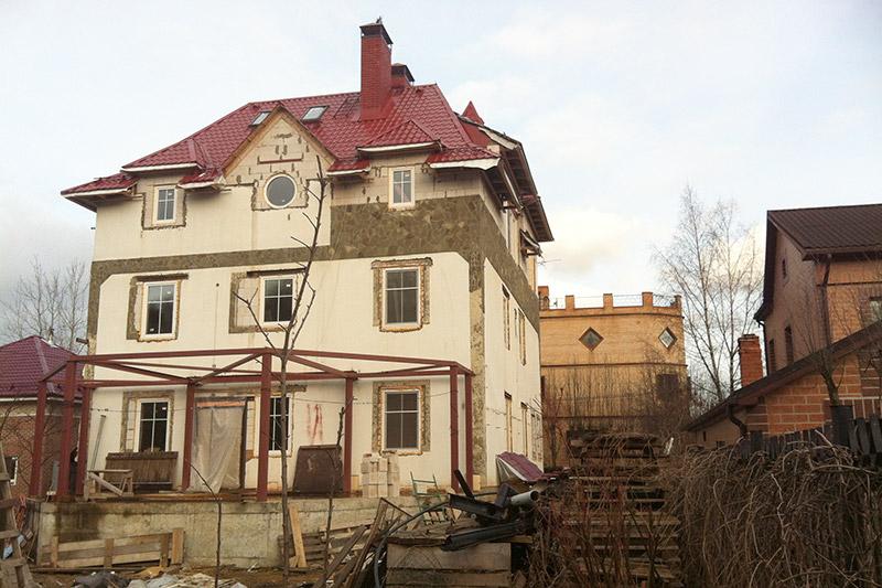 круглое окно на фасаде дома, окна и двери, кровля, мансардная крыша, проекты домов, проектирование и реализация