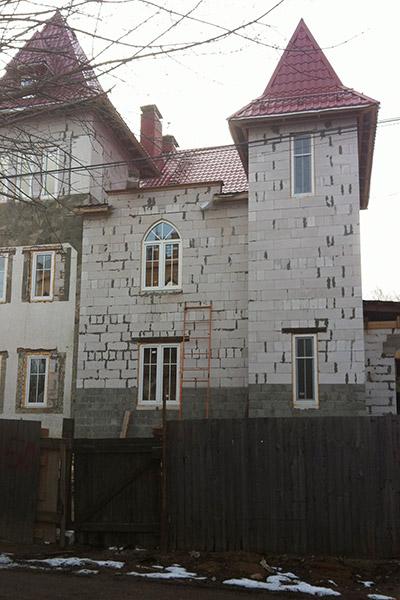 фасад дома с узкими окнами, как красиво оформить окна, как построить дом, здание с разноуровневой этажностью