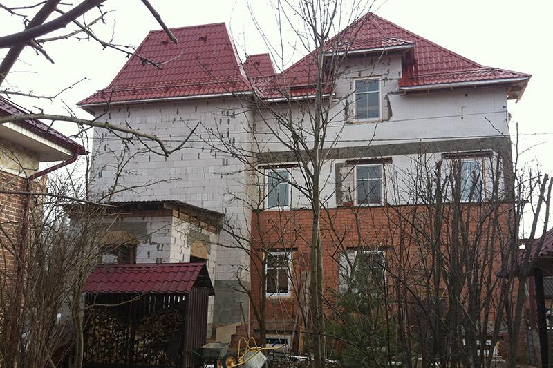 строительство загородного дома, фасад и окна частного коттеджа, кирпич и клинкерная плитка в отделке домов, кровля и стены