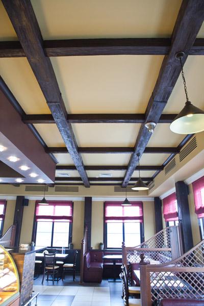 декоративные балки из дерева на потолок, противопожарное оформление интерьера, ремонт потолка, как сделать потолок в ресторане