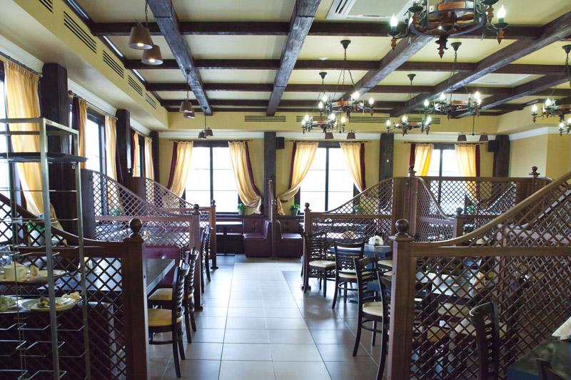 балки декоративные из полиуретана, деревянные балки для стен, дизайн интерьера ресторана, оформление потолка, деревенский стиль