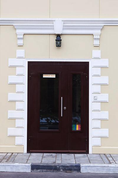 лепной декор, фасадная лепнина, фасадный декор, замковый камень, карнизы полиуретановые, обрамление дверей,