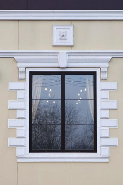 как сделать лепнину вокруг окна, фото окон с декором, обрамление молдингом, декоративная розетка из полиуретана, красивое окно, оформление дома