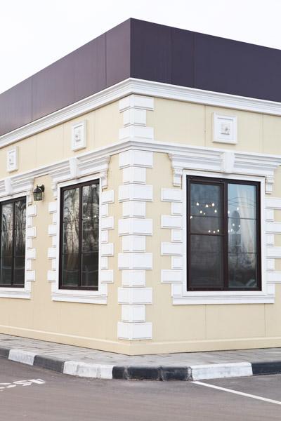 угловые русты, руст из полиуретана, как оформить угол дома, красивый фасад с лепниной, рустовые панели, угловые панели, обрамление окна молдингами и сандриком, замковый камень
