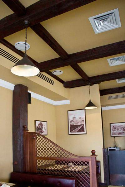 деревянная балка из полиуретана на стене, как крепить балку, купить полиуретановую балку, фото интерьера дома, дерево в интерьере