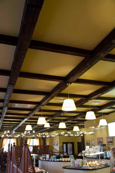 декоративные элементы из полиуретана, дизайн потолков, монтаж деревянных балок на потолок, потолочная люстра крепится к балкам