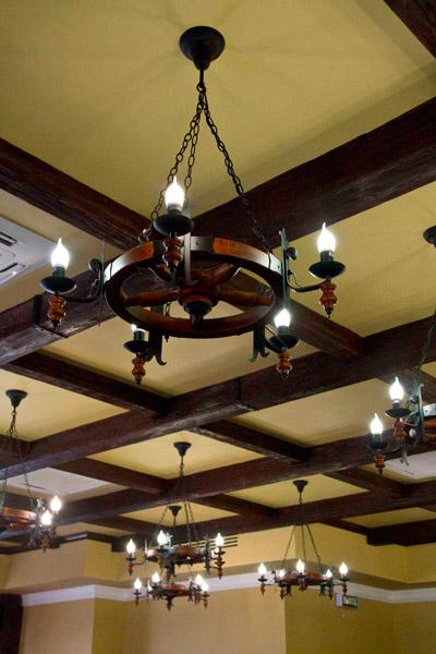 сделать потолок красиво, деревянный декор интерьера, интерьер большого дома, полиуретан в оформлении интерьера, балки на потолок, спрятать провода на потолке