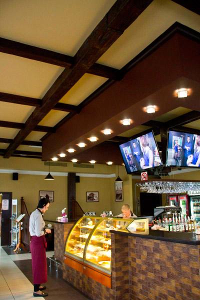 декоративные деревянные балки на потолок, купить полиуретановые балки, фото интерьера, оформление ресторана, загородного дома, дерево в интерьере