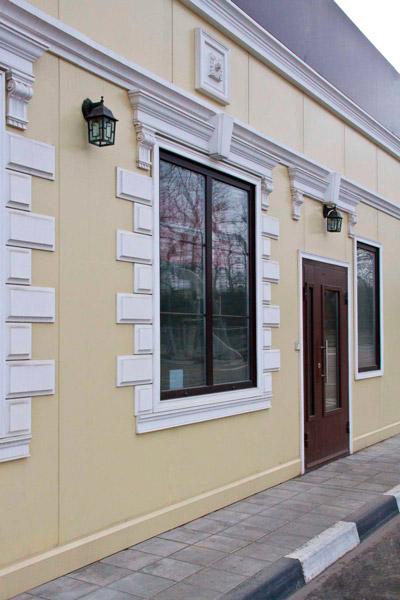 входная группа из полиуретана, как сделать фасадный декор, украсить дом, молдинги на фасаде здания, фото молдинга в оформлении двери, полиуретановый декор
