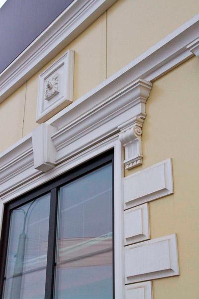 крепление лепнины на фасаде, как сделать окно красиво, консоль, сандрик, замковый камень, декоративные элементы из полиуретана