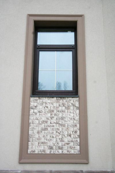 оформление окна плиткой и молдингами