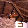 Сочетание декоративных балок и досок в интерьерах